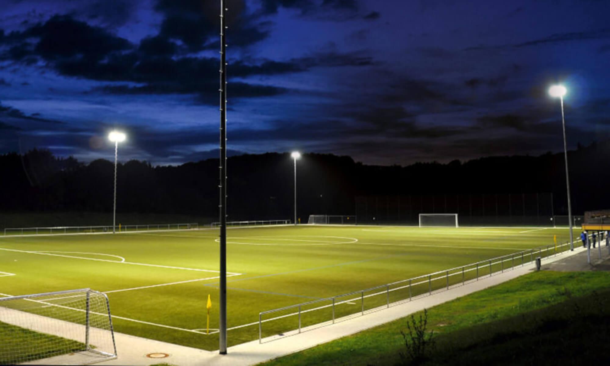 Sportplatz bei Nacht in Flutlicht