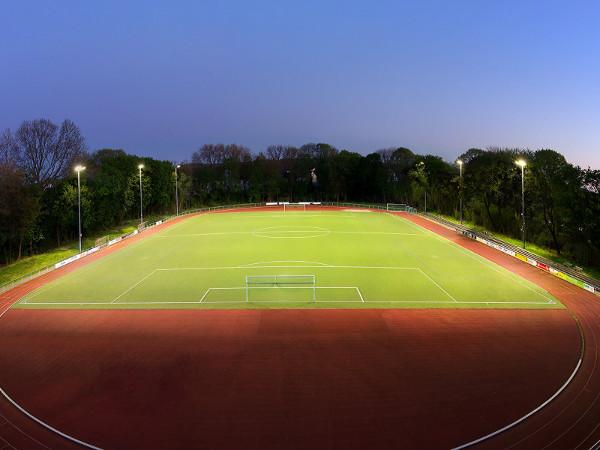 Sportplatz am Abend in Flutlicht